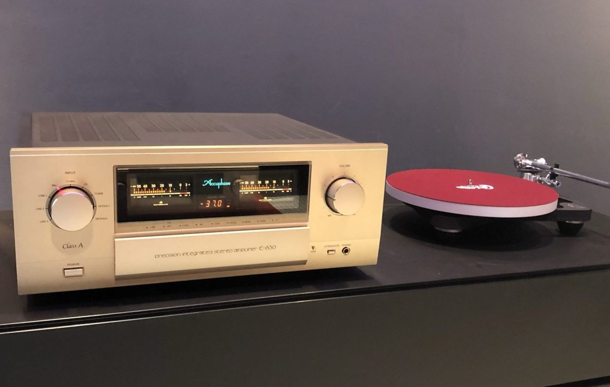 Accuphase E-650 integrated amplifier front dem room